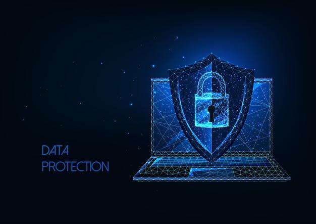 Concetto di protezione dei dati futuristico con laptop poligonale basso incandescente e scudo protettivo con blocco di accesso isolato su sfondo blu scuro. design moderno in rete wireframe