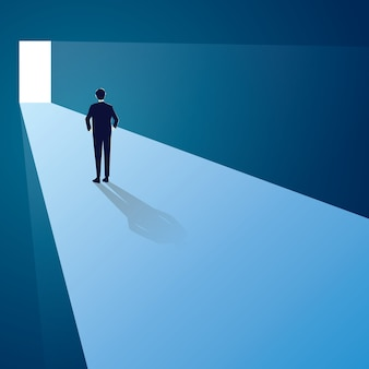 Concetto di sfida. uomo d'affari in piedi davanti al cancello del futuro