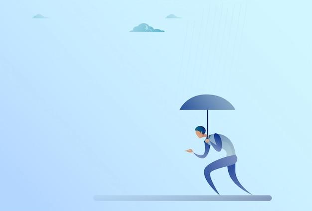 Concetto di sicurezza di protezione di pioggia del supporto dell'ombrello della tenuta dell'uomo di affari
