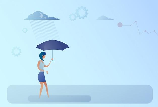Concetto di sicurezza di protezione di pioggia del supporto dell'ombrello della tenuta della donna di affari