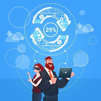 Concetto di successo di finanza dell'aggiornamento della freccia di vetro di digital di usura di digital dell'uomo e della donna di affari