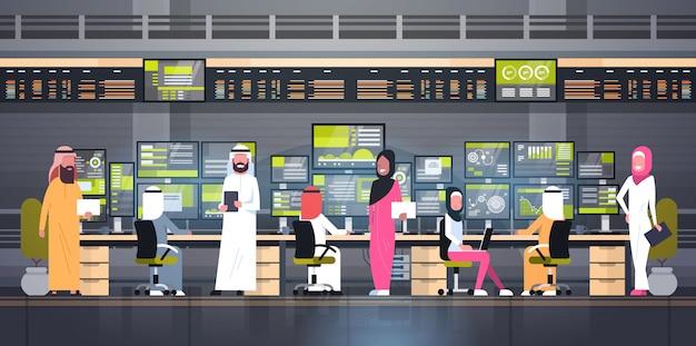 Concetto di trading online globale gruppo di persone arabe che lavorano con le vendite di monitoraggio della borsa