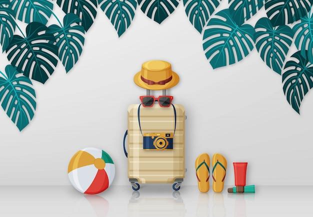 Concetto di viaggio estivo con valigia, occhiali da sole, cappello, macchina fotografica e pallone da spiaggia su sfondo con foglie di monstera. illustrazione