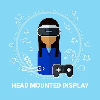 Concetto moderno di tecnologia di gioco della cuffia avricolare d'uso della testa della donna montata testa dell'esposizione