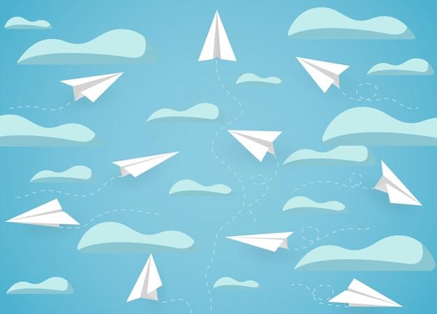 Concorrenza bianca dell'aereo di carta caricata fino al cielo mentre volando sopra una nuvola.