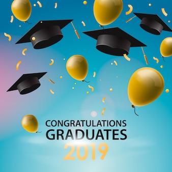 Congratulazioni laureati, tappi, palloncini e coriandoli su uno sfondo di cielo blu. tappi sollevati. carta di invito con diplomi, illustrazione.