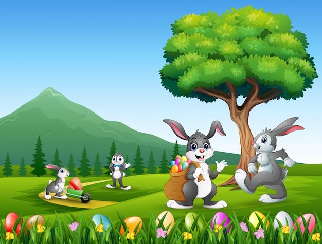 Coniglietti felici che giocano sullo sfondo di natura