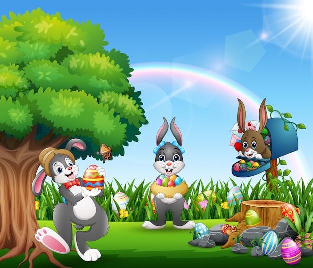 Coniglietti pasquali e uova colorate sul giardino