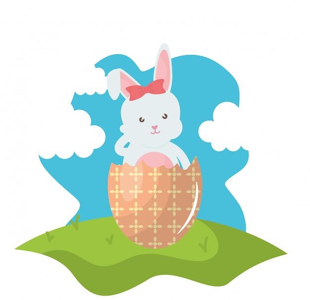 Coniglio carino con uovo di pasqua rotto dipinto nel campo