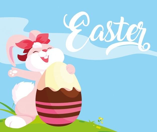 Coniglio e uovo femminili di pasqua decorati con la caramella
