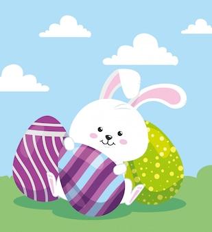 Coniglio sveglio con le uova pasqua decorate