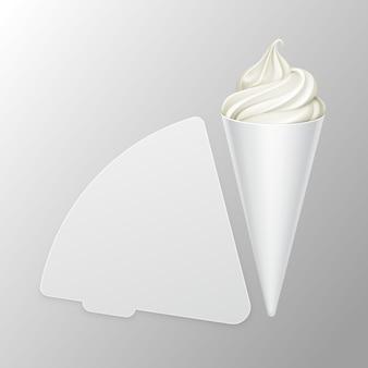 Cono di cialda gelato classico bianco da servire morbido in involucro di lamina di cartone bianco per il branding vicino isolato su sfondo