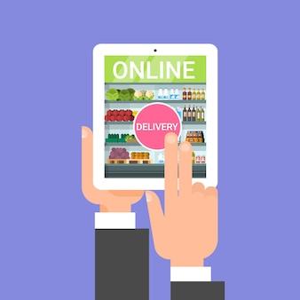 Consegna online della drogheria con l'alimento d'ordinazione della mano con l'applicazione della compressa di digital