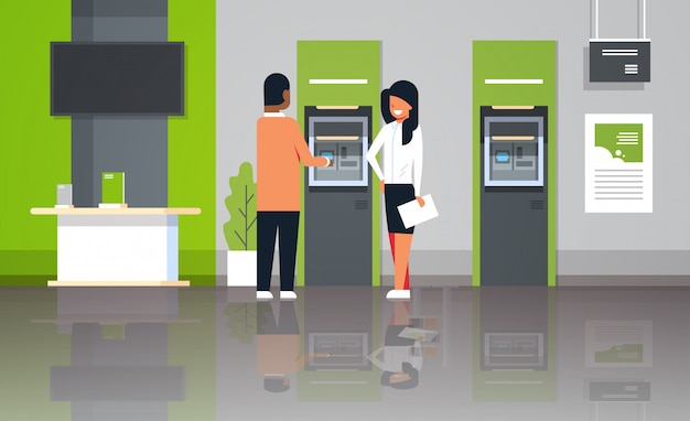 Consulente bancario in piedi con il cliente