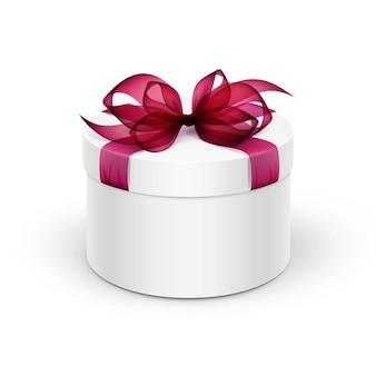 Contenitore di regalo rotondo bianco con il nastro rosso borgogna e l'arco isolati su fondo
