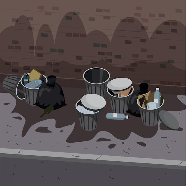 Contenitori dell'immondizia di metallo con spazzatura indifferenziata disposti all'esterno della strada