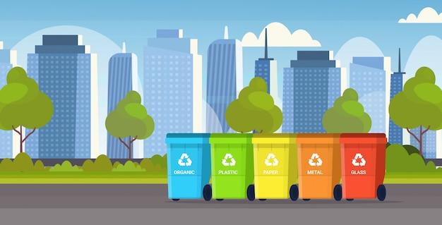 Contenitori della spazzatura diversi tipi di contenitori per il riciclaggio raccolta differenziata gestione dell'ambiente protezione concetto moderno paesaggio urbano sfondo piatto orizzontale
