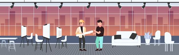 Coppia architetti con progetti arrotolati discutendo il nuovo progetto ingegneri team industria delle costruzioni concetto moderno disegnatore studio interno lunghezza orizzontale banner