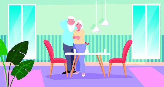 Coppia di anziani carina con sala da pranzo