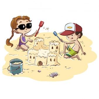 Coppia di bambini che fanno castelli sulla spiaggia