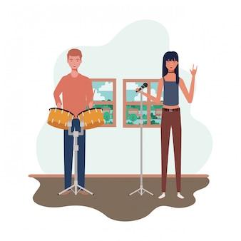 Coppia di persone con strumenti musicali in salotto