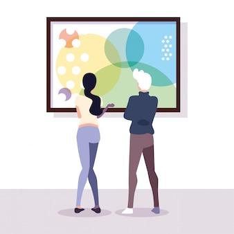 Coppia di persone nella galleria d'arte contemporanea, visitatori della mostra che guardano quadri astratti moderni