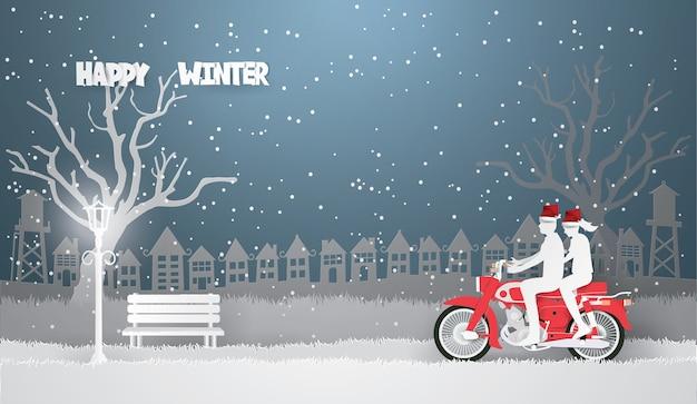 Coppia in sella a una moto rossa