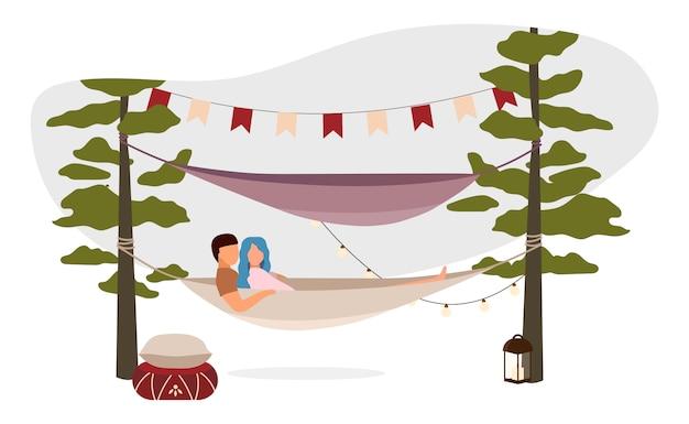 Coppia la menzogne, abbracciante nell'illustrazione dell'amaca. romantica vacanza in campeggio estiva. cartoon vacanzieri, escursionisti, turisti che riposano all'aria aperta. la famiglia si rilassa in campagna