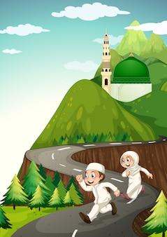 Coppia musulmana che corre lungo la strada