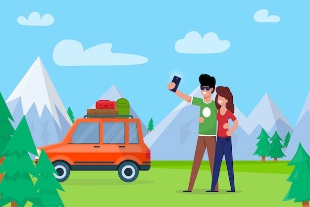 Coppia prendendo selfie sulle montagne di sfondo.