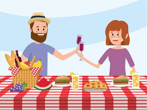 Coppia uomo e donna con cesto in tavola