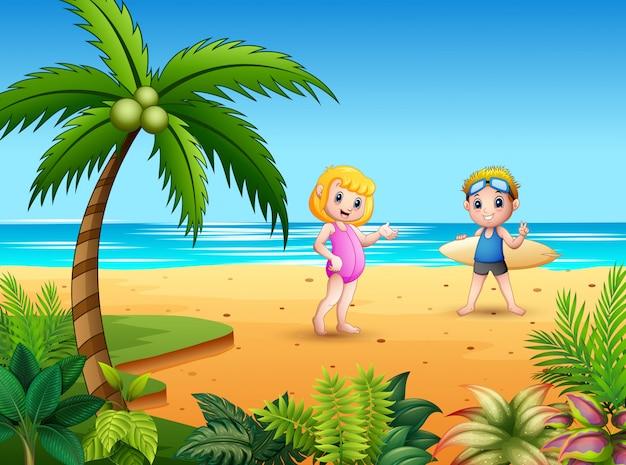 Coppie della ragazza e del ragazzo con i surf alla spiaggia