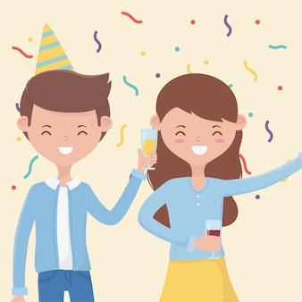 Coppie felici con il bicchiere di vino sulla festa di compleanno