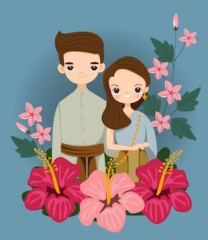 Coppie tailandesi sveglie in vestito tradizionale per la carta di inviti di nozze
