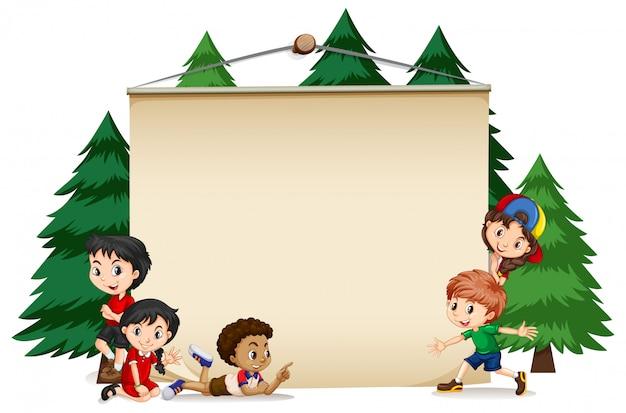 Cornice con bambini felici e alberi di pino