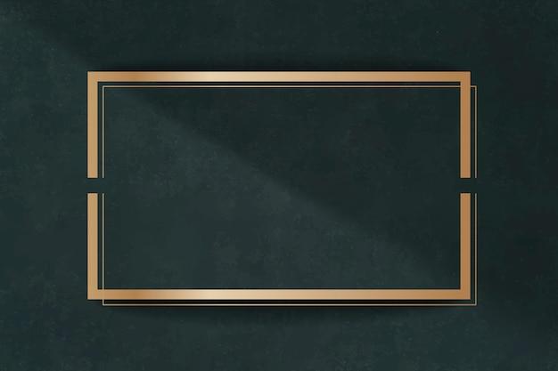 Cornice dorata su una carta verde
