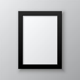 Cornice in bianco verticale isolata