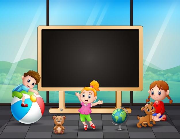 Cornice modello i bambini che giocano in classe