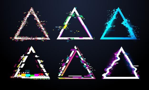 Cornice triangolare glitch. schermo tv distorto, effetti di bug di luce imperfetta su triangoli difettosi difettosi. insieme di vettore di cornici di distorsione glitch