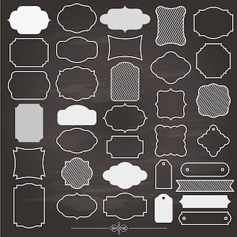 Cornice vuota e set di etichette sulla lavagna