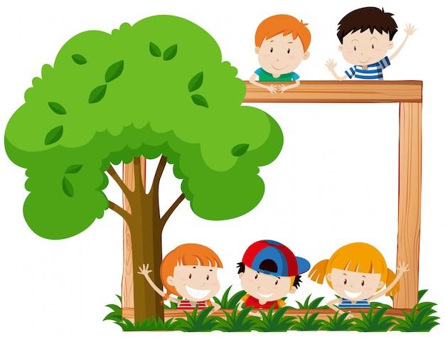 Cornice vuota surroeded da bambini e albero