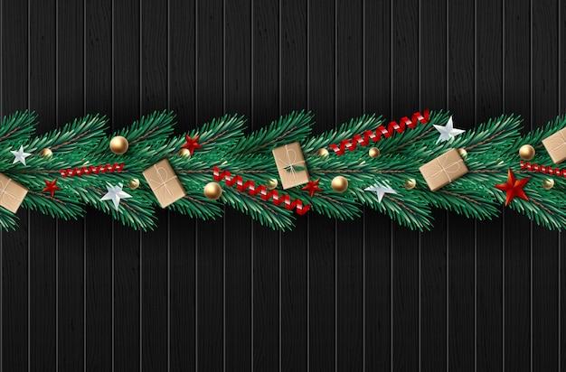 Corona di natale fatta di rami di pino dall'aspetto naturale decorati.