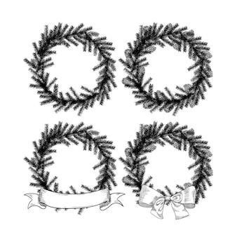 Corona di natale impostato nello stile di uno schizzo di un albero di natale e coni isolati su priorità bassa bianca.