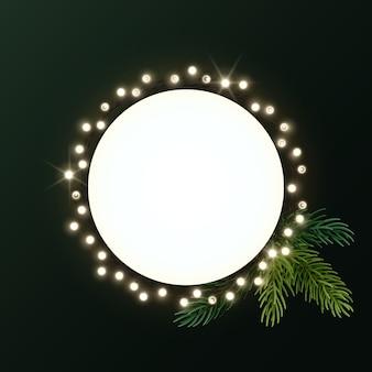 Corona di natale rotonda con rami di abete e ghirlanda luminosa di lampadine. cerchio con copyspace.