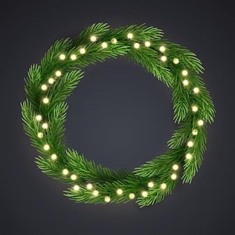 Corona di natale verde con stringa di luce incandescente e rami di pino.