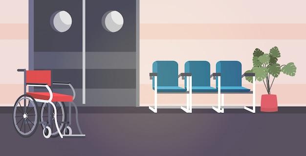 Corridoio vuoto dell'ospedale con poltrone e sedia a rotelle