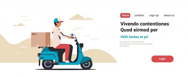 Corriere uomo in sella a scooter con consegna pacchi in scatola di cartone