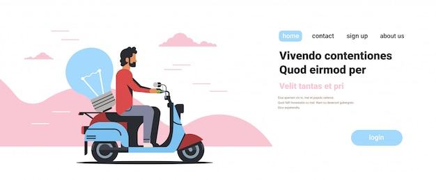 Corriere uomo in sella a scooter con lampada innovativa creativa nuova idea
