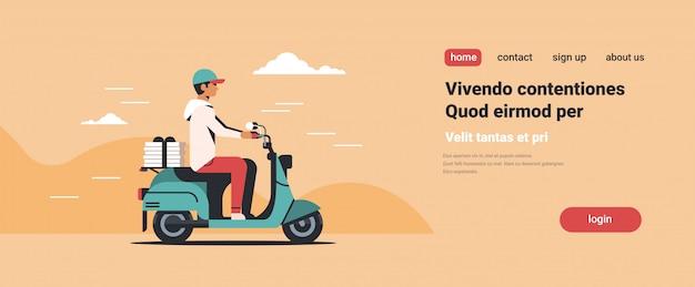Corriere uomo in sella a scooter con scatole per pizza servizio di consegna fast food
