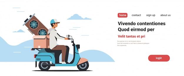 Corriere uomo in sella a scooter con scheda video criptovaluta mining